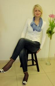 5) Жакет Miss Sixty 189000 руб., джинсы  239000 руб., шарф Massimo Dutti 39000 руб., туфли Miss Sixty 239000 руб.