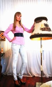 6) Рубашка 89000 руб., джинсы 139000 руб. Bershka ,  ремень 39000 руб. Stradivarius