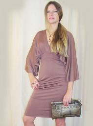 Платье Stefanel 219.000 руб., клатч 49.000 руб., украшение 35.000 руб.