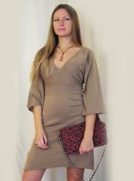 Платье Stefanel 139.000 руб., клатч 49.000 руб., украшение 35.000 руб.