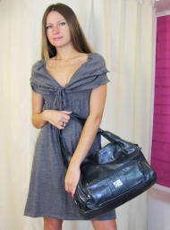 Платье Stefanel 169.000 руб., сумка 129.000 руб.
