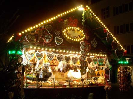 Таких деревянных павильончиков на улицах Бонна множество. Везде торгуют всякой всячиной - подарками, сувенирами, сладостями...