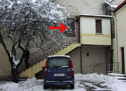 Вход в галерею во дворике ул.Советской, 3 (2-й этаж)