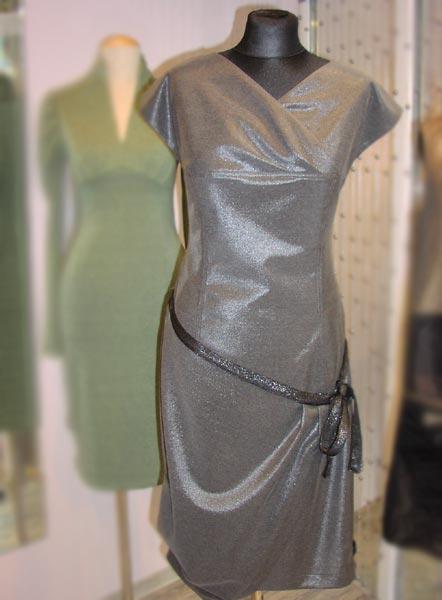 Серое платье с драпировкой - элегантная торжественность.  162800 руб.